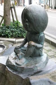 399px-Sakaiminato_Mizuki_Shigeru_Road_Kitaro_Sit_Down_Statue_1